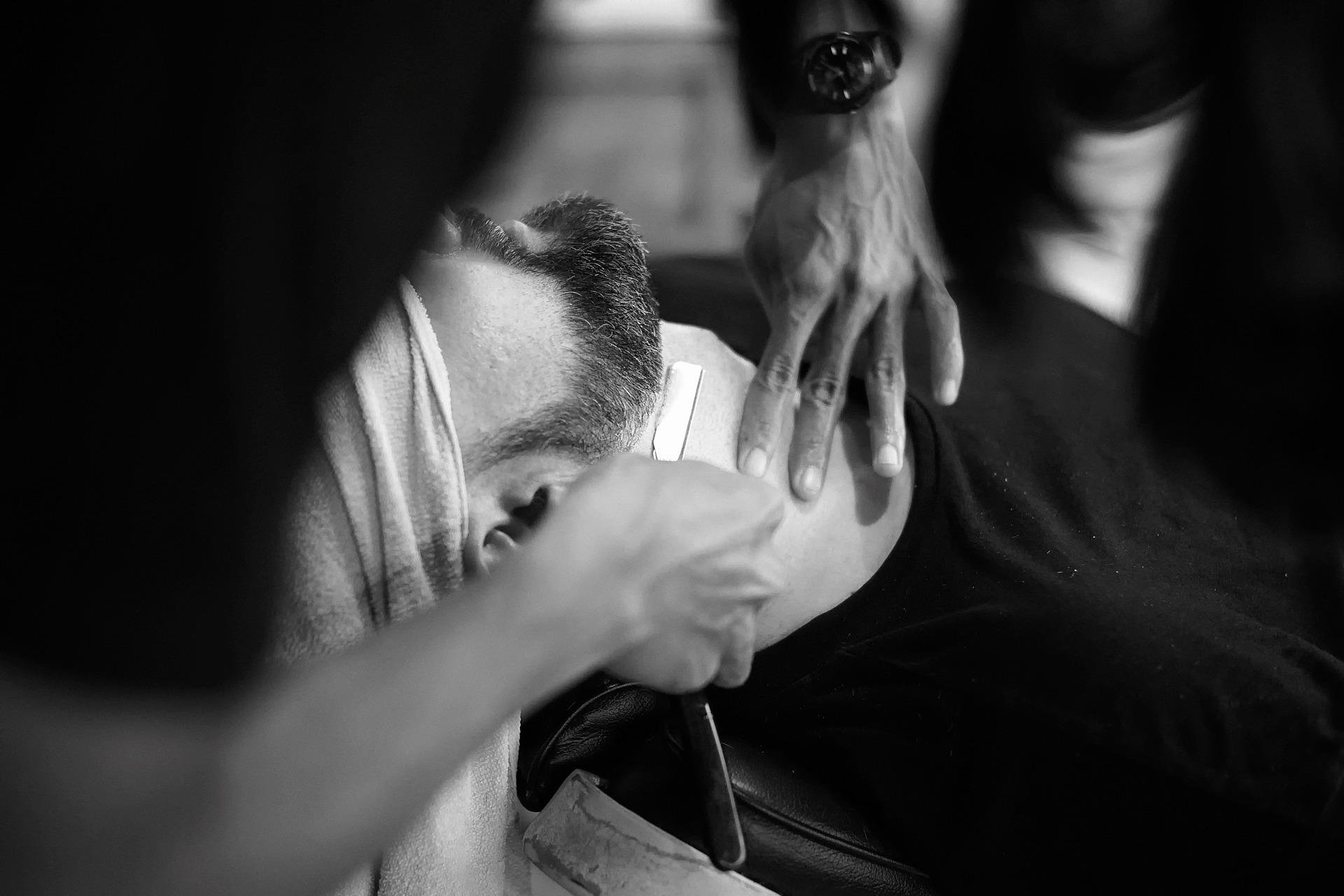 Golenie brzytwą – nowa moda z barber shopu. Sprawdź, dlaczego warto zrezygnować z maszynki!