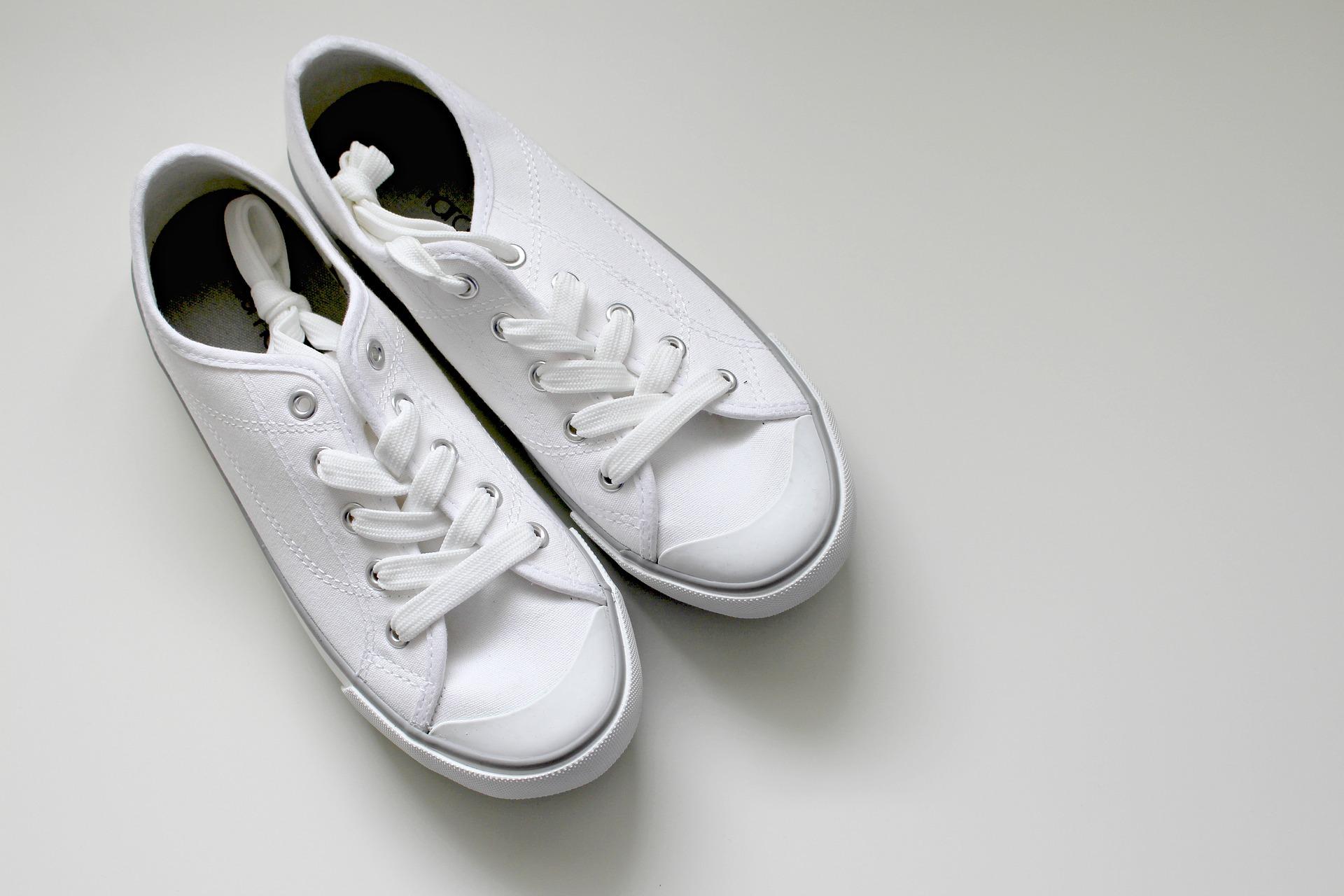 Drugie życie białych sneakersów – jak czyścić białe buty?