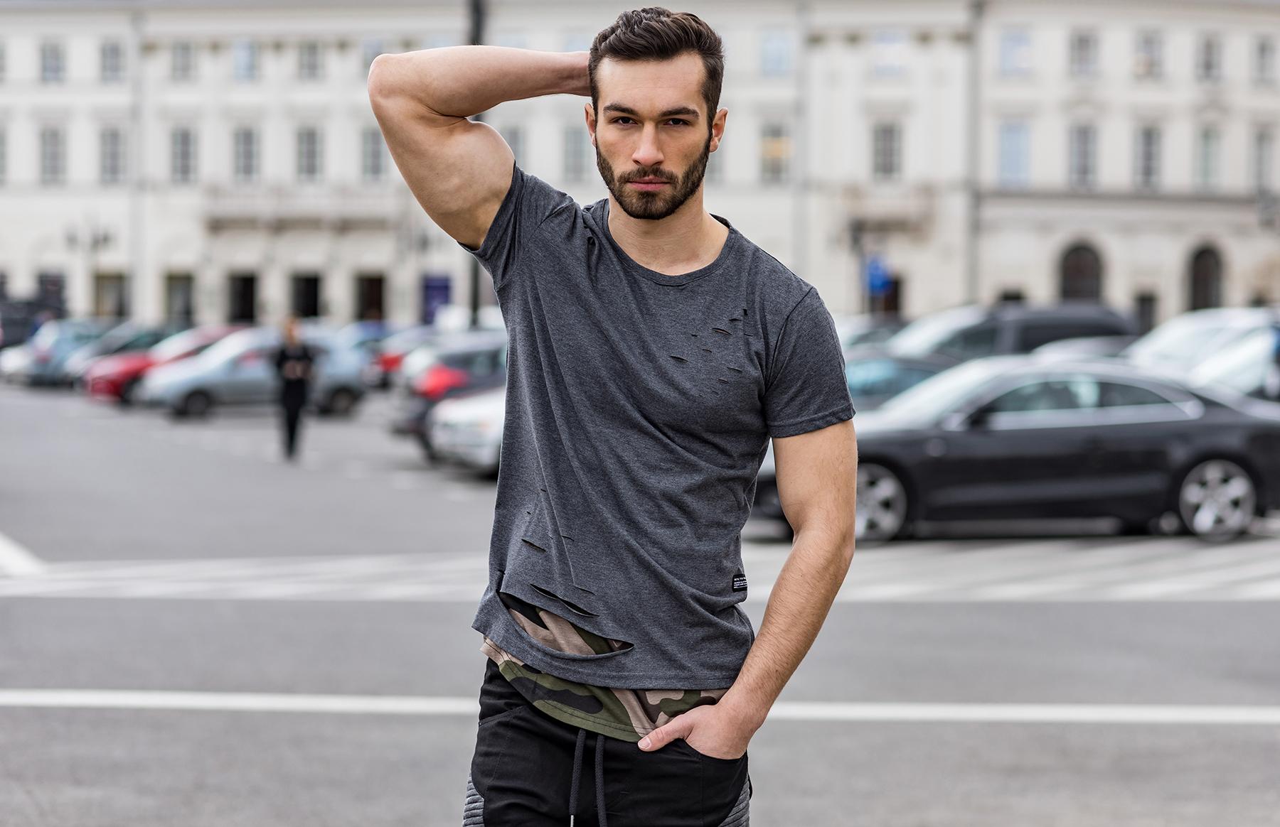 Dopasowana koszulka – jak ją nosić?