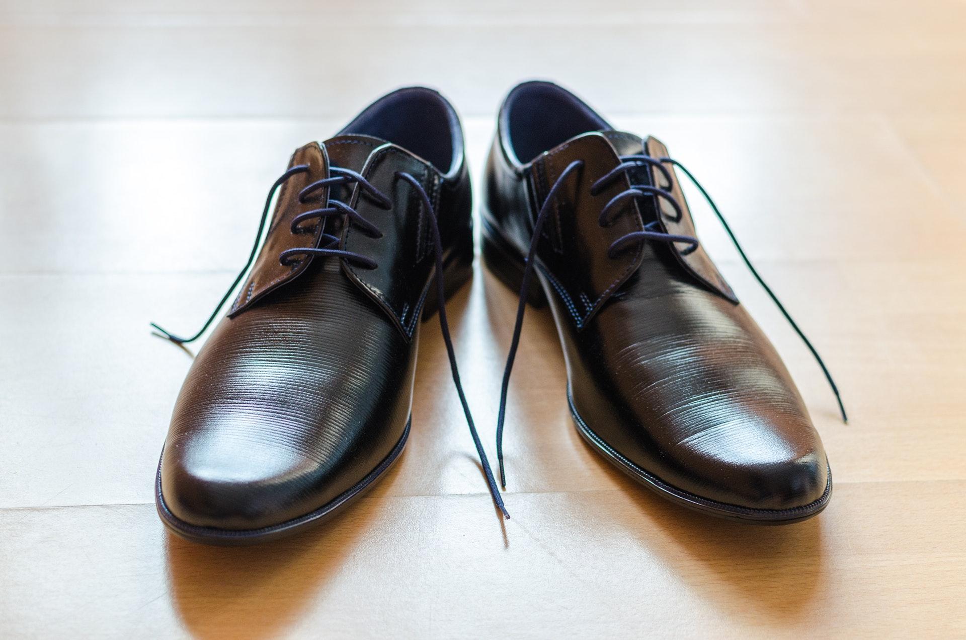 Czarne buty w stylu derby – idealne na co dzień